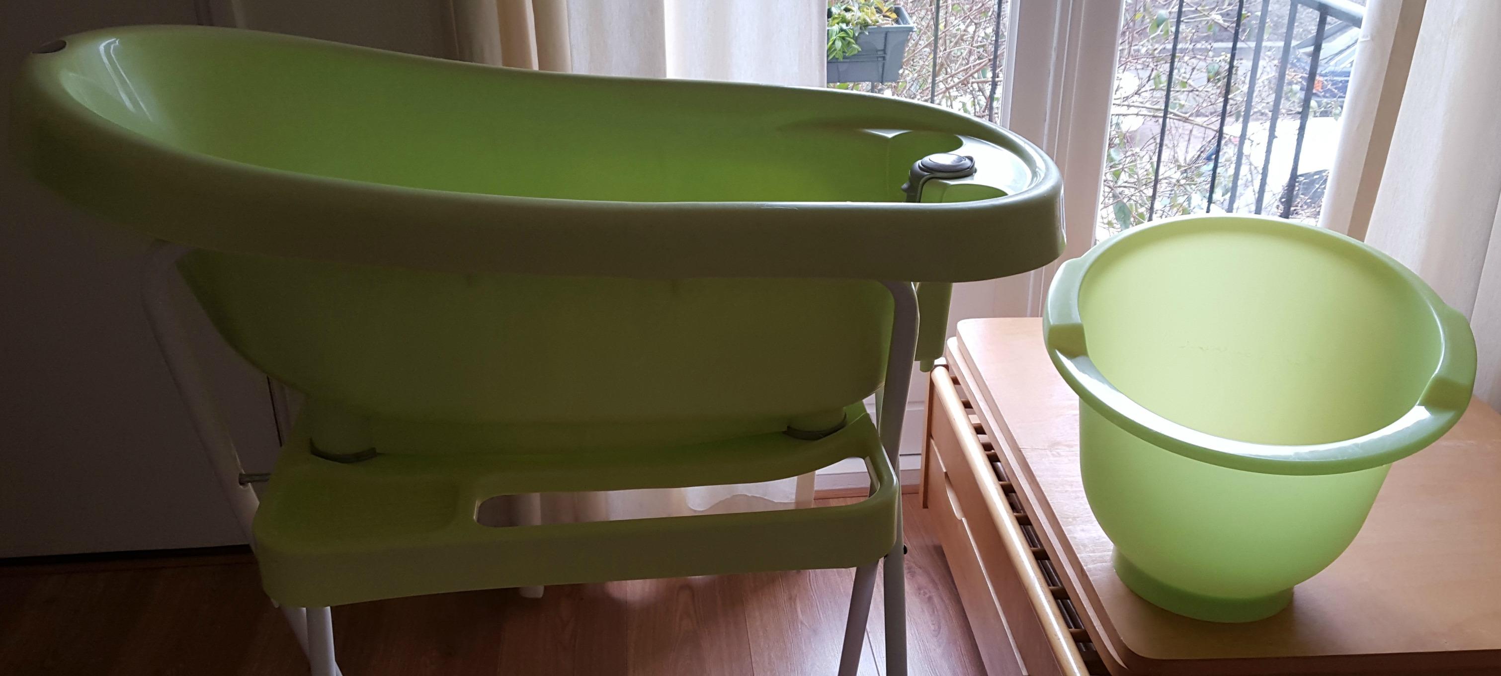 'Week 21: Peer pressure en een groen badje' In week 21 hebben we een commode en babybad gekocht en heb ik het over de peer pressure die je kunt voelen als aanstaande meemoeder of ouder. Lees het snel op http://meemoeder.com/week-21/