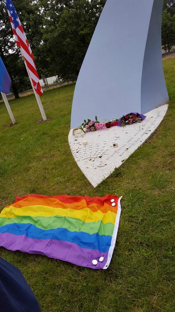 'Week 4: #JeSuisGay' Deze week bezoeken we het Gemeentemuseum, gebeurt de schietpartij in Orlando en komt het consultatiebureau bij ons langs. Lees het op http://meemoeder.com/week-4-jesuisgay!