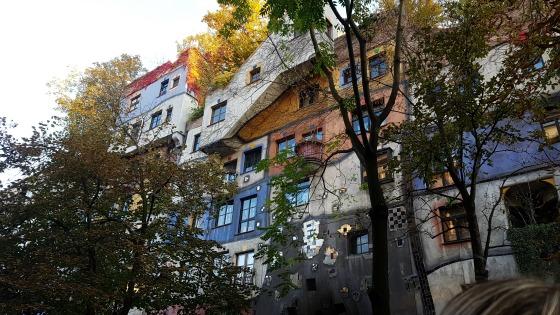 'Week 23: Wenen' Deze week bezoekt Sebastiaan Wenen, waar hij o.a. Belvedere, Naschmarkt, het museumkwartier, Prater Hundertwasserhaus en Schloss Schönbrunn bezoekt. Lees hoe je reist met een baby op http://bit.ly/BabyWenen!
