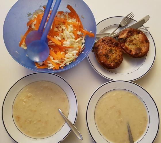 'Review: De Gemakskrat Vega van De Krat' Met een jong kind kan het behoorlijk moeilijk zijn om elke avond een gezonde maaltijd op tafel te zetten. Het bestellen van een maaltijdbox maakt het makkelijk. Het eten wordt bezorgd aan huis en jij hoeft alleen nog maar het recept te volgen. Deze week mag ik van De Krat hun Gemakskrat Vega uitproberen. Hier lees je hoe dat is bevallen: http://bit.ly/GemakskratVega