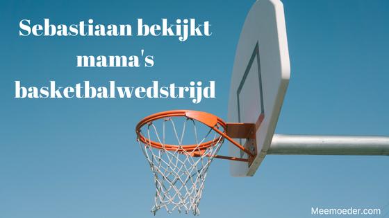 'Sebastiaan bekijkt mama's basketbalwedstrijd' Deze week heeft Sebastiaans mama haar eerste basketbalwedstrijd, dus gaat hij met zijn andere mama op de tribune zitten om het team aan te moedigen. Lees het hier: http://bit.ly/basketbalwedstrijd